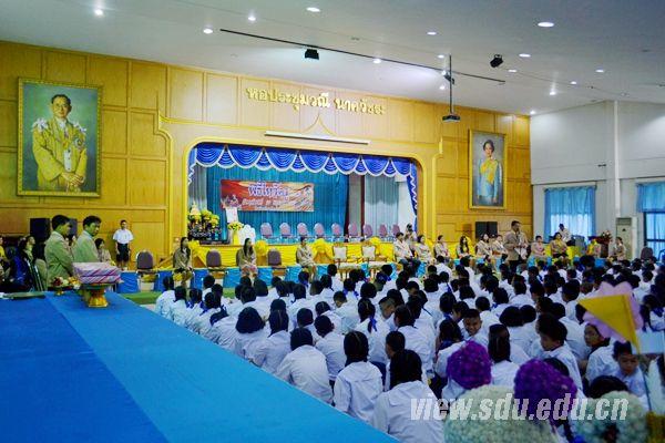 """2014年5月,泰国的炎热一如既往,于敏中忐忑而又满怀期待地推开隆恪寺中学初二一班的门。扑面而来的是一股巨大的热浪,让他几乎招架不住。   第一次站上异国的讲台,看着教室里50多位稚嫩的学生,紧张、兴奋……各种情绪充斥心头,让他有些手足无措,不知如何开始在异国课堂的第一句""""台词""""。教室里出现短暂的沉默,之后是于敏中一声响亮的""""上课!""""在教室里回荡。""""shang ke"""",他说的是纯正的汉语发音,得到的却是"""