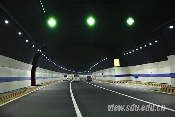 通向青岛校区的滨海大道顺畅宽广,空气洁净清新